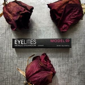 "Bold & Edgy ""Granite"" charcoal eyeshadow !!🥀"